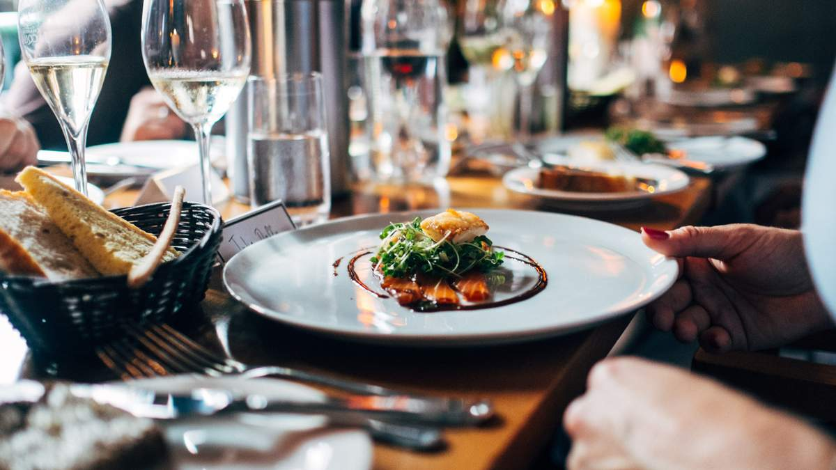 Мільйони людей купують залишки їжі з ресторанів: як працює бізнес-модель