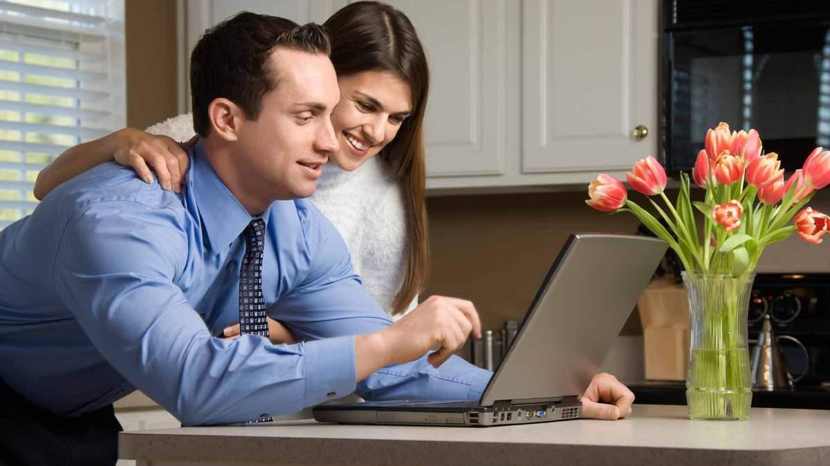 Мужчина и женщина у ноутбука