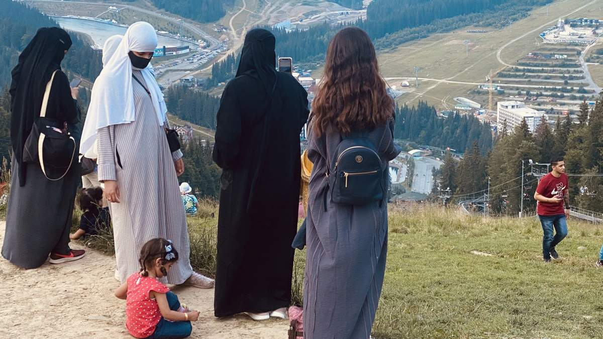 Женщины в хиджабах стали обычным событием в карпатских селах