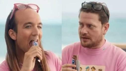 Snickers обвиняют в гомофобии: все из-за неоднозначной рекламы батончика – видео